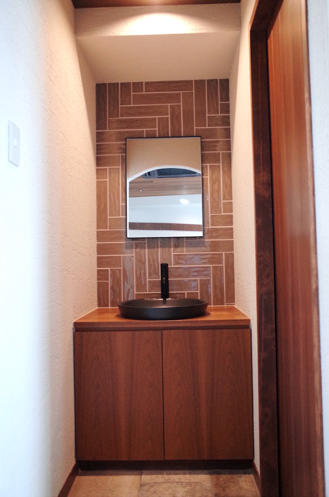 洗面化粧台や鏡はサンワカンパニー。(住設機器)