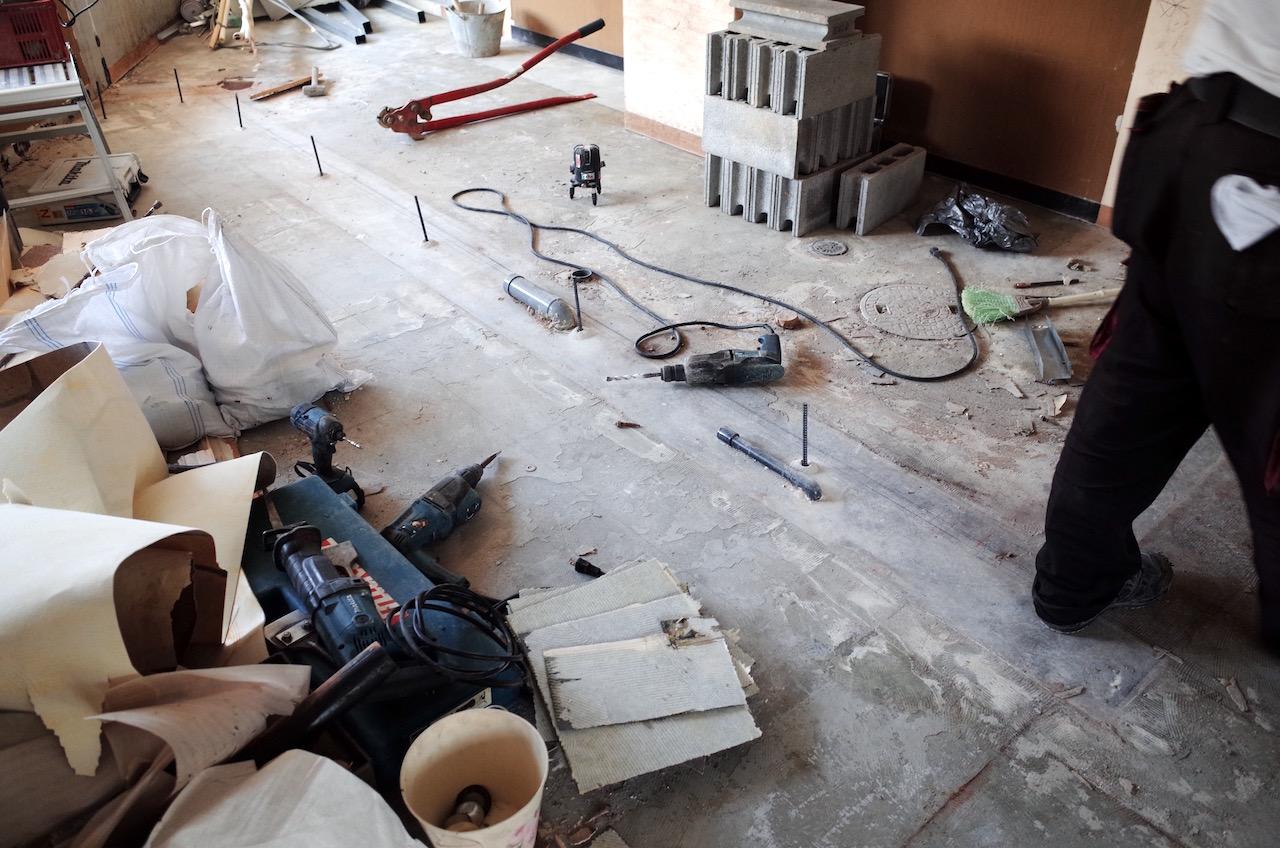 厨房区画と客席側をブロックで区画するためブロック用にアンカーを打ちます。