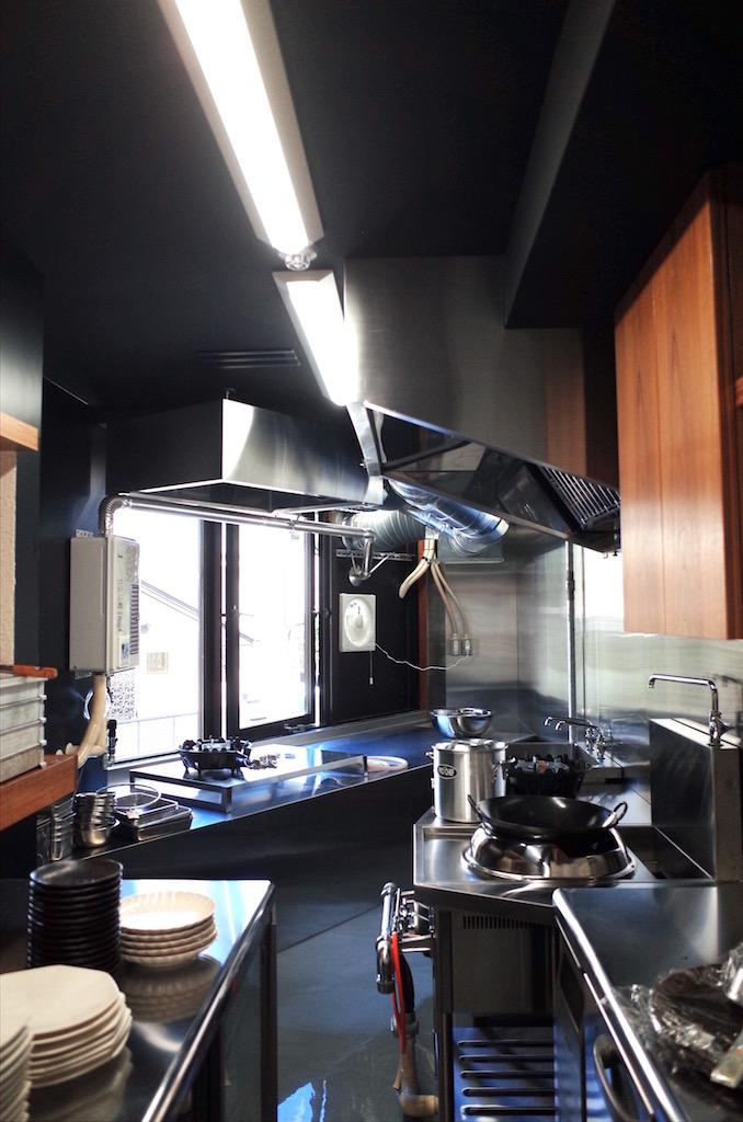 厨房機器が入り、各配管を繋ぎます。(給排水工事)