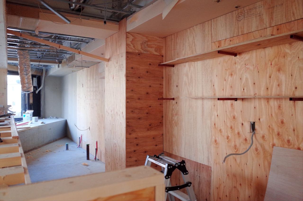 厨房の背面もタイル貼るため構造用合板を貼っていきます。