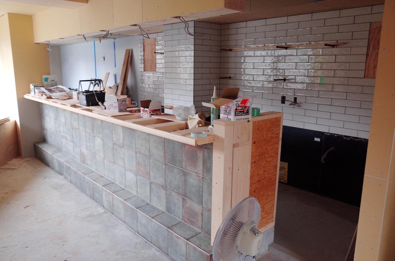 厨房の背面にもタイルを貼っていきます。