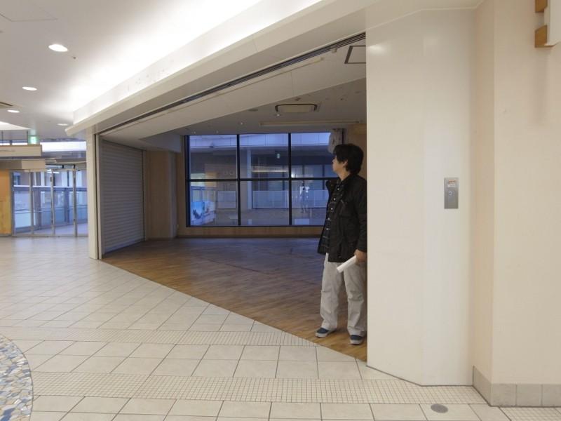通りに面した部分は壁がなく、以前の店舗はオープンで使用されていたみたいです。