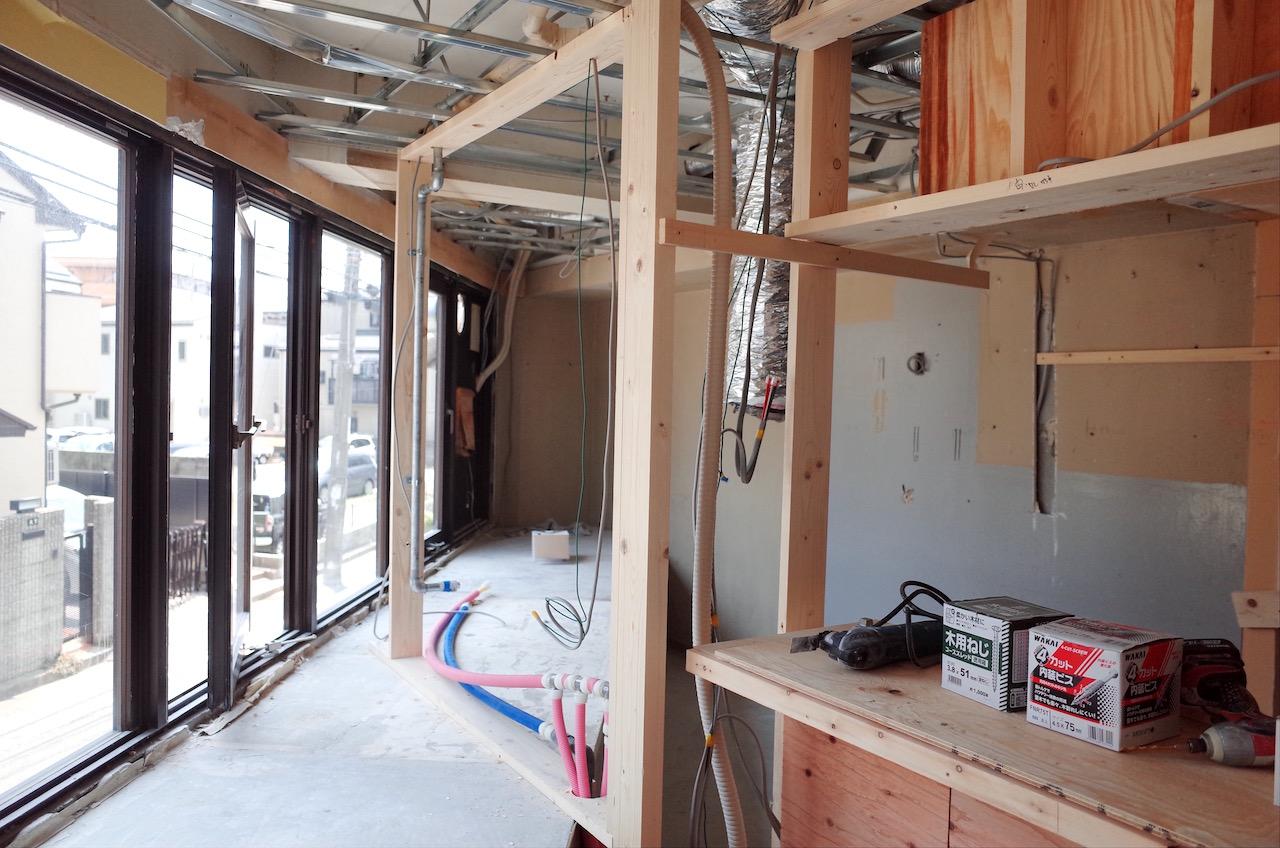 カウンターや厨房区画の壁下地を作っていきます。