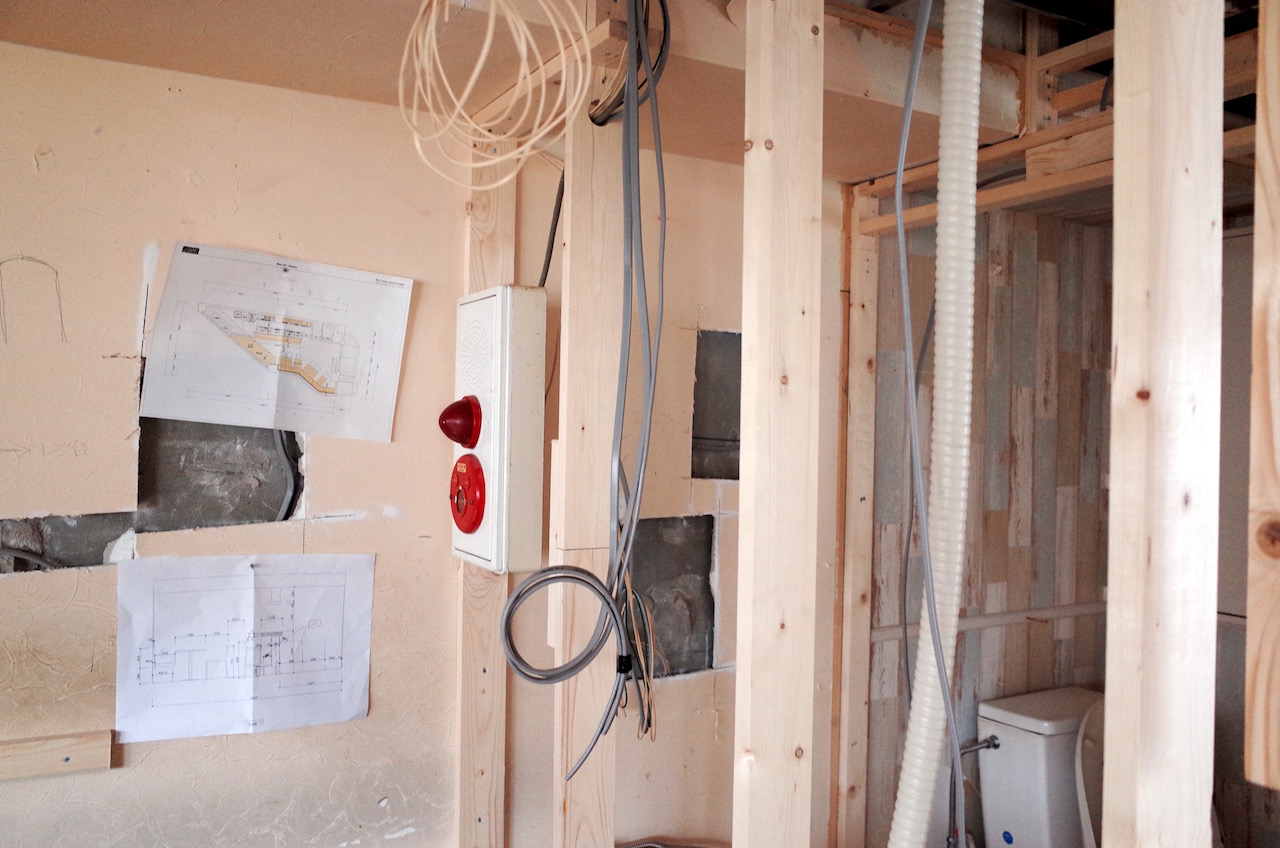 消防法上の操作盤を適切な場所に移設します。