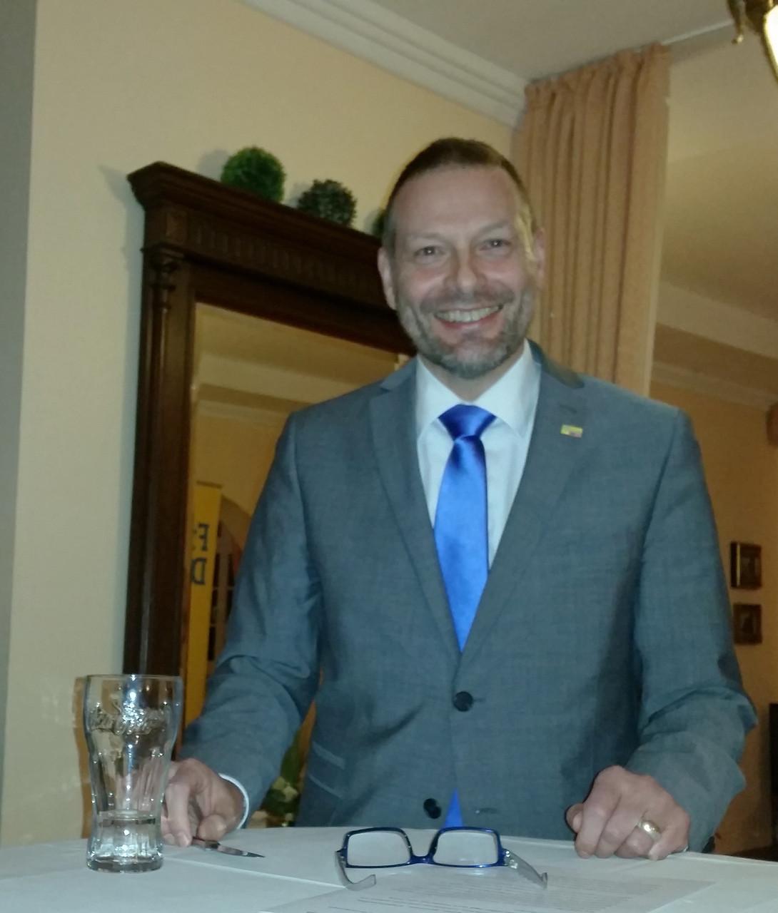 Achim Wyen, Vorsitzender des FDP-Ortsverbandes West bei der Begrüßung