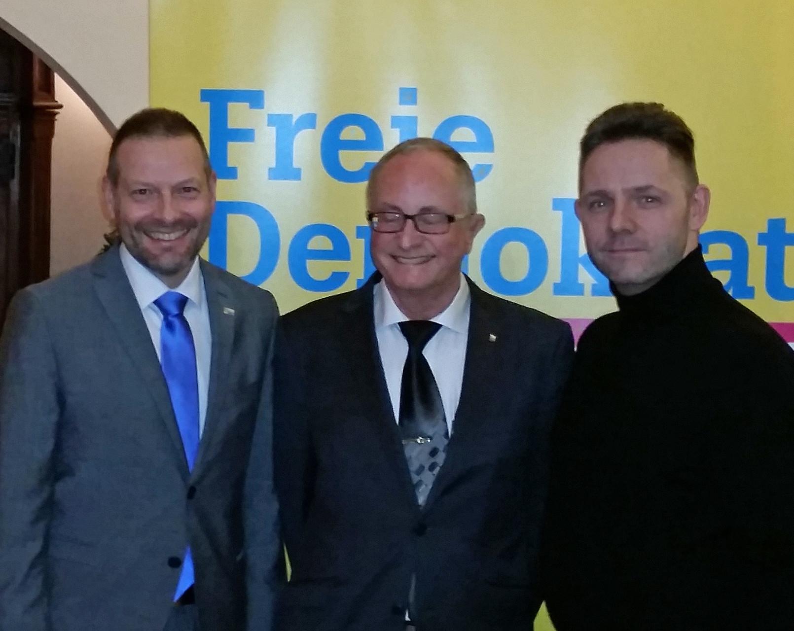 Achim Wyen und FDP-Kreisvorsitzender Burkhard Küpper neben dem Gast Helmut Michelis, der sich hier wohl schon auf seinen Impulsvortrag konzentriert...
