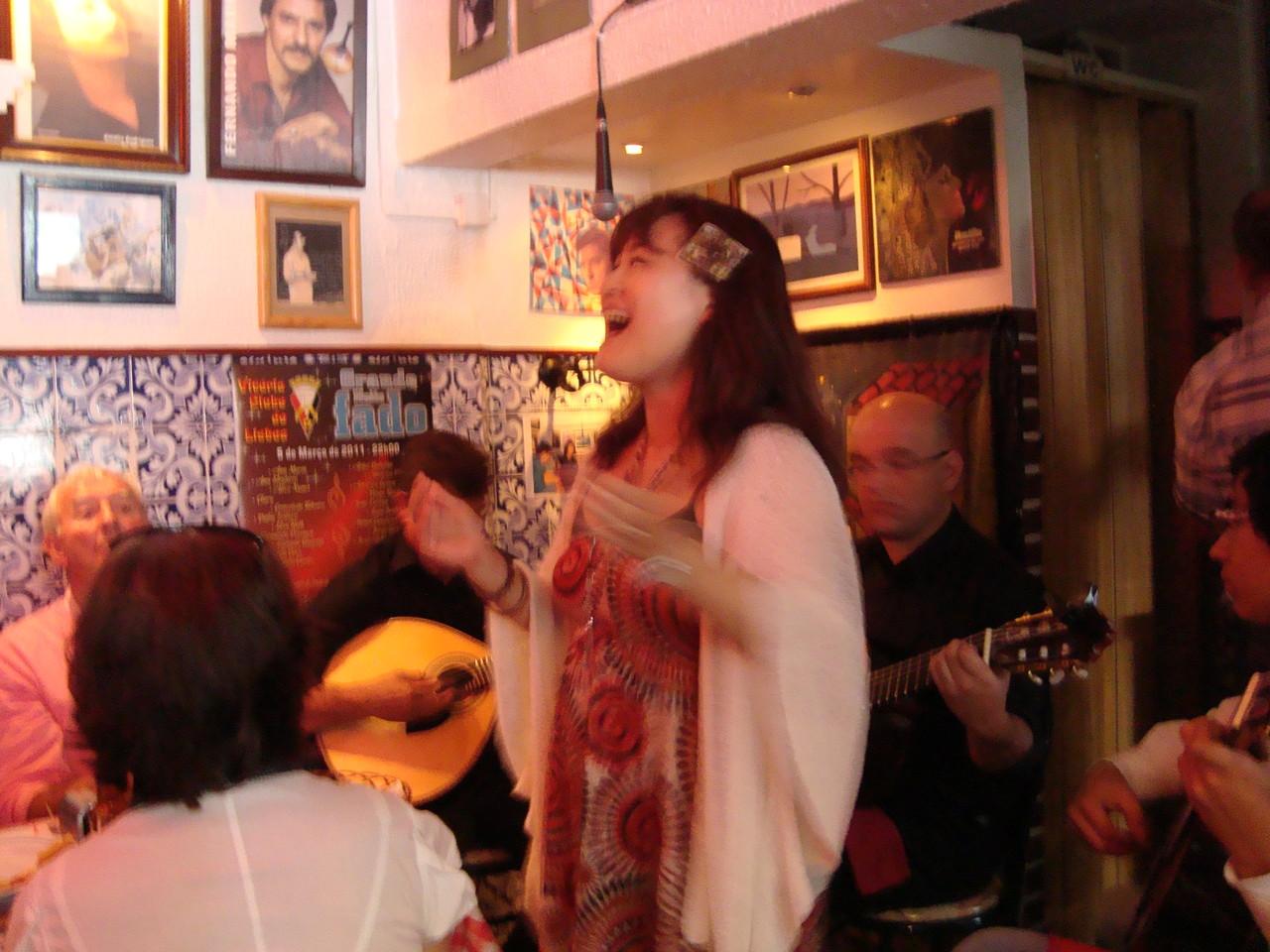 うきうきと歌ってます。