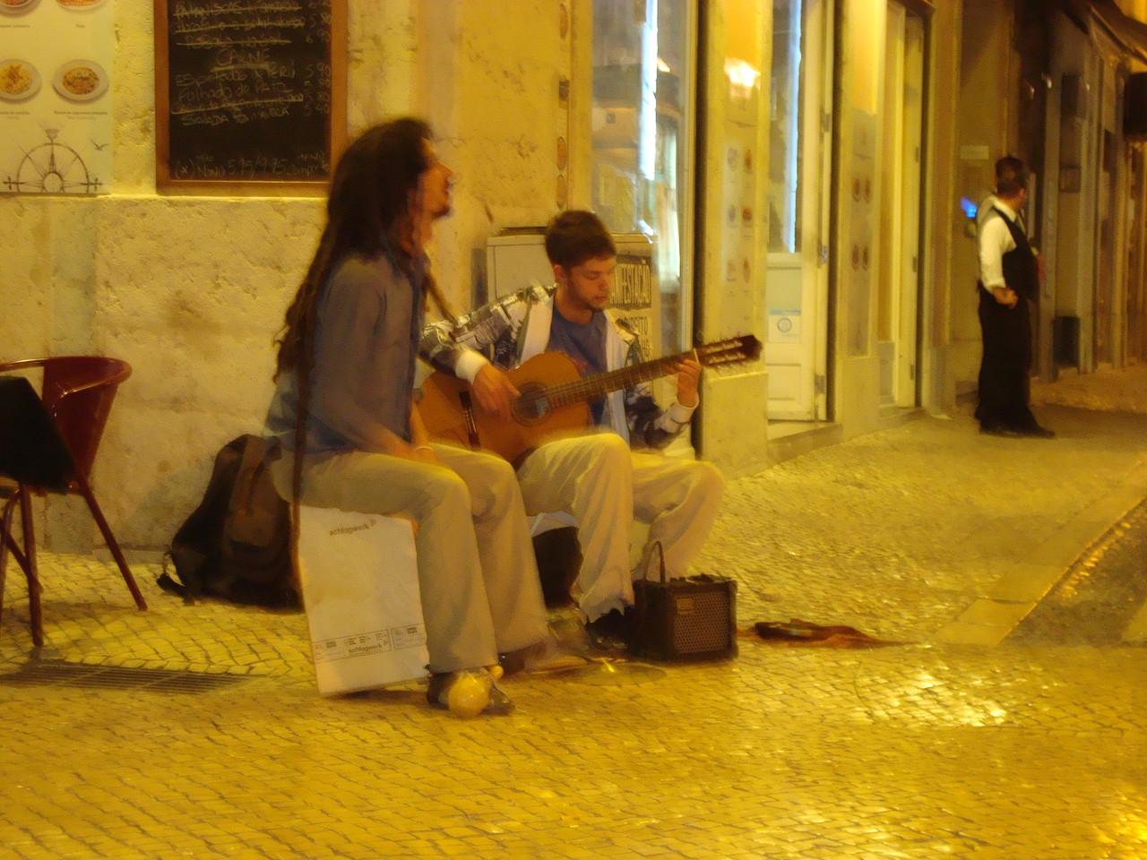 街角のフラメンキート。右のギタリストは1週間街角で見ました。どんどんひげが濃くなって最後はかなりディープな様相になっていましたよ。