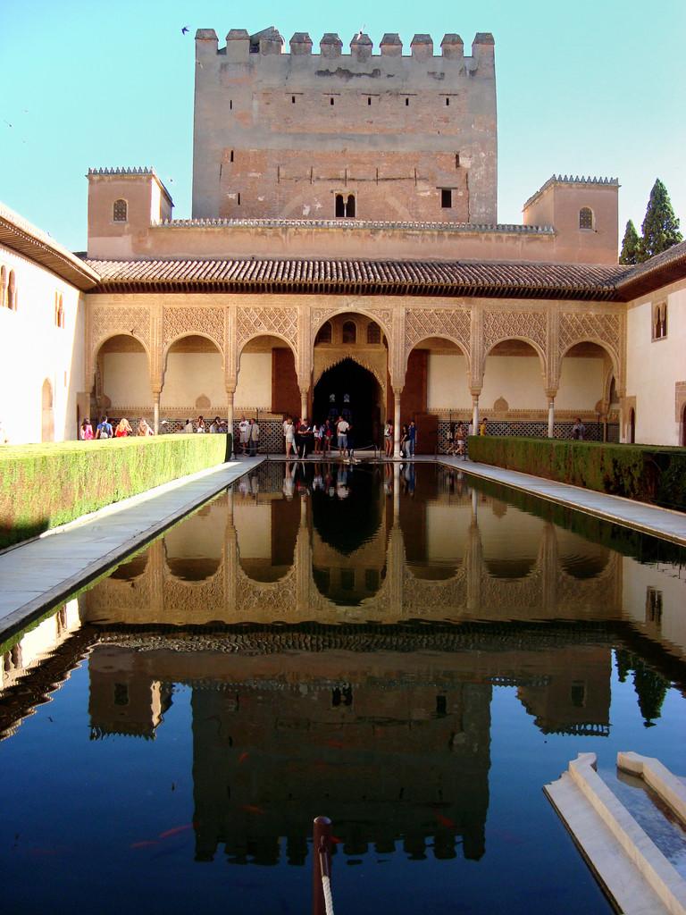 アルハンブラ宮殿に入るには、当日チケットの場合朝から並んでくださいね。