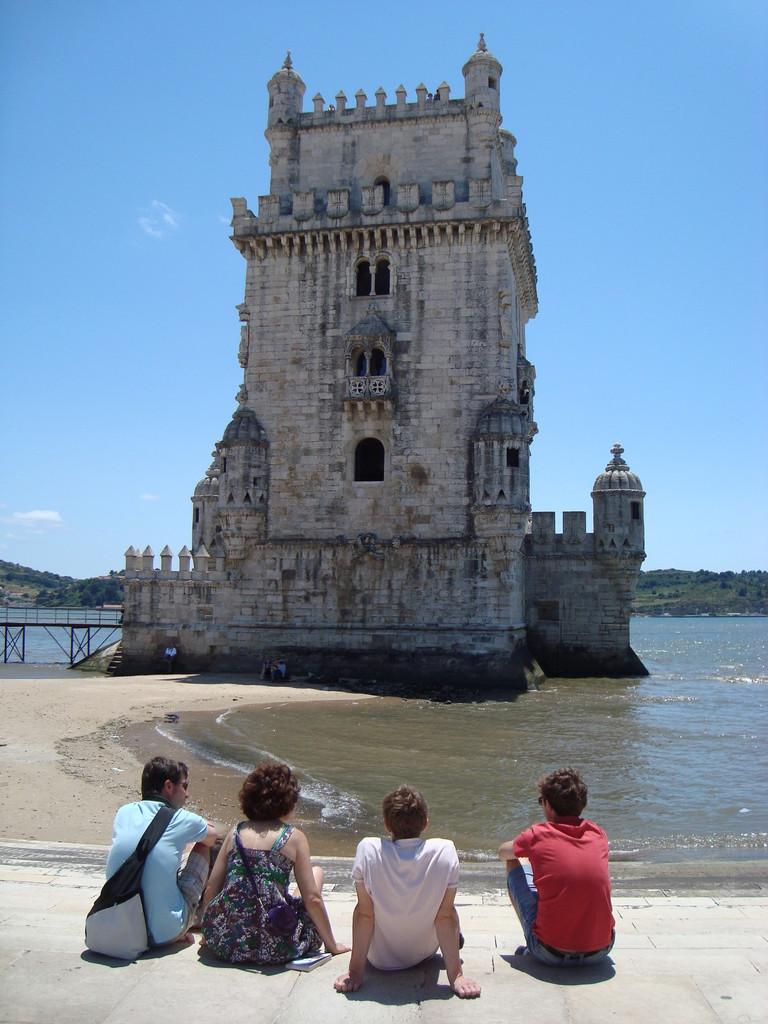 ベレンの塔。若者が談義中。