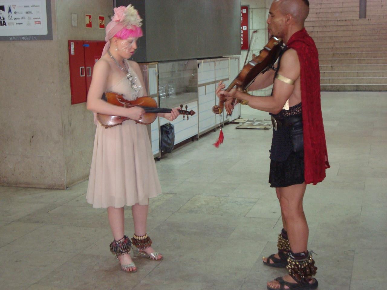 大好きなアーティストです。バイオリン2つと声とダンスで見たことのない音楽を奏でます。