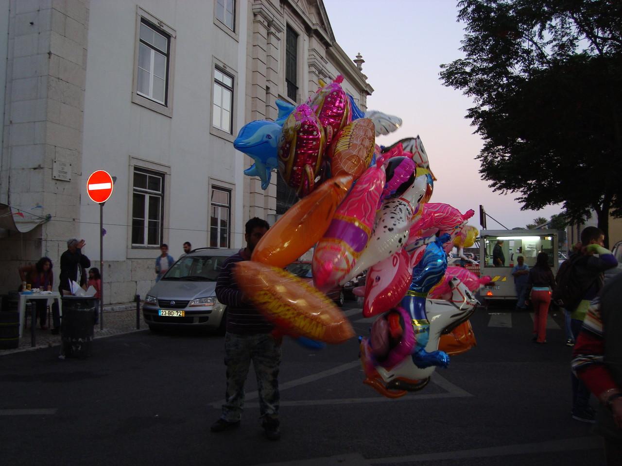 大きな風船が売っていました。(イワシ祭り)