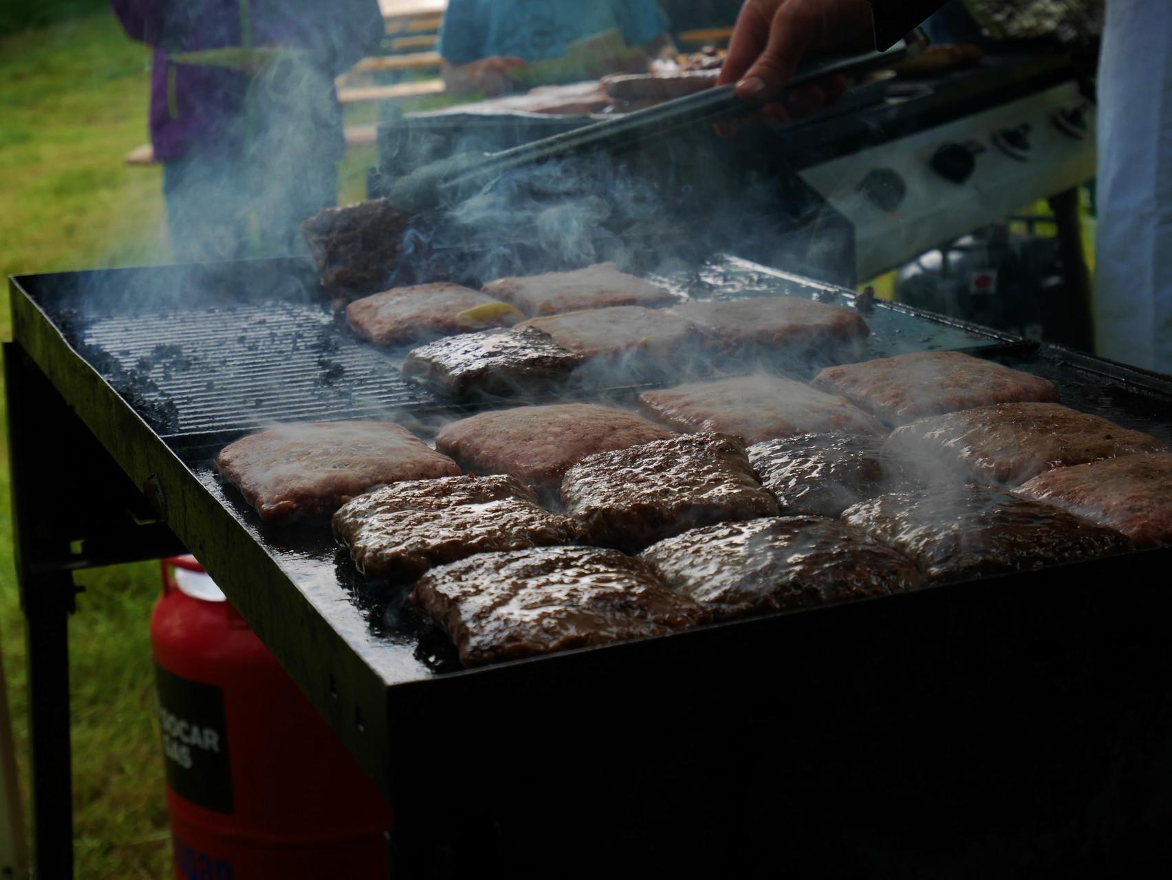Die schmackhaften Zebu-Burger auf dem Grill