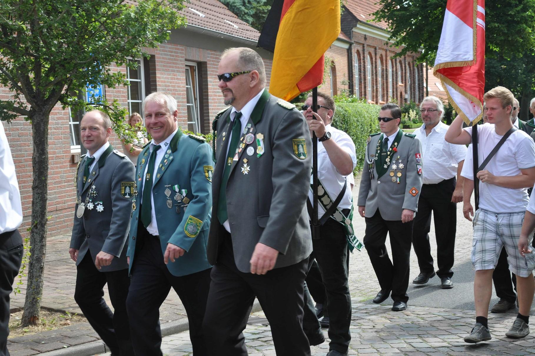 Gäste befreundeter Schützenvereine begleiten den Umzug
