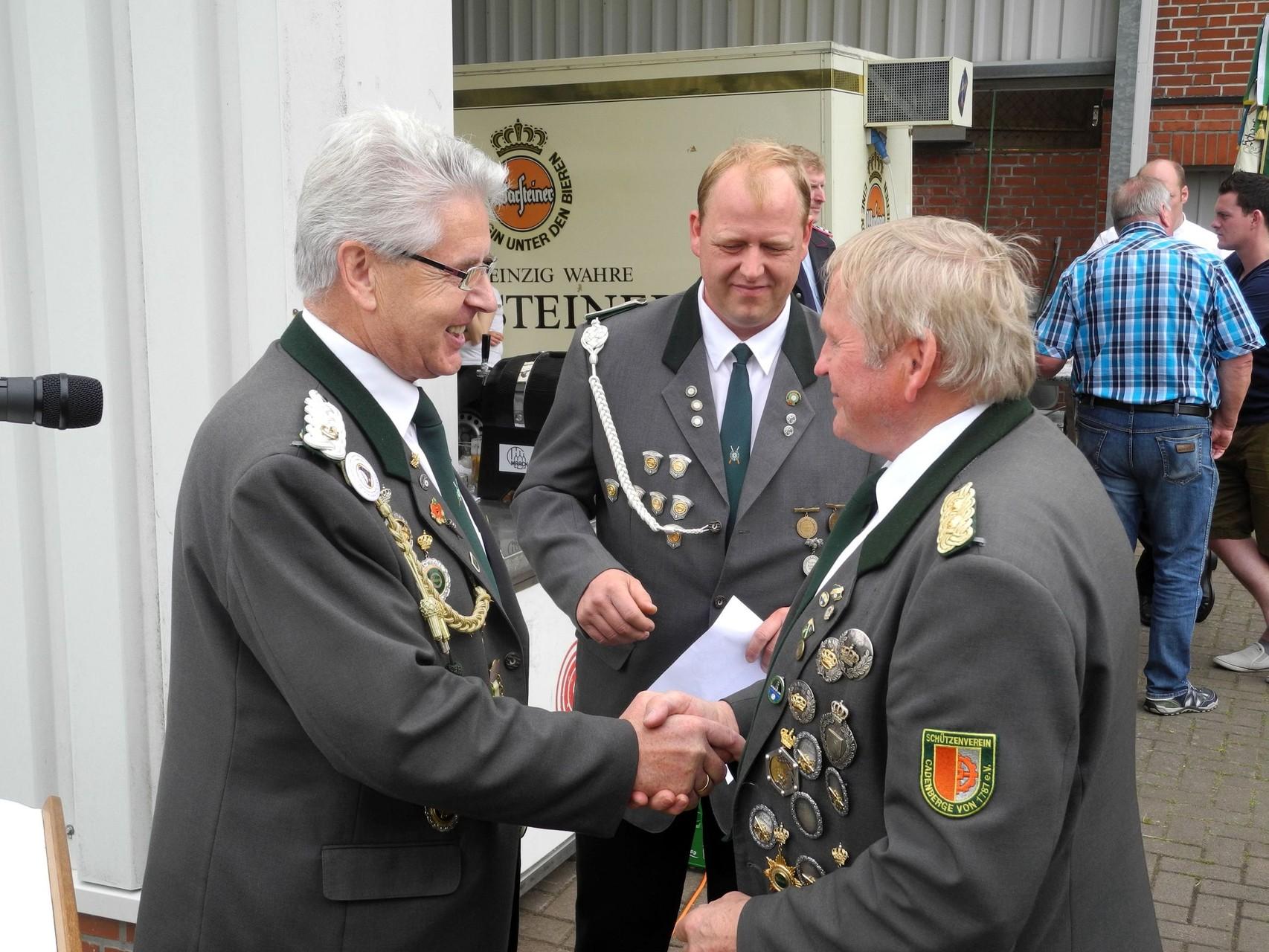 Glückwünsche an den geehrten Schützenbruder. Foto: Jürgen Bauer