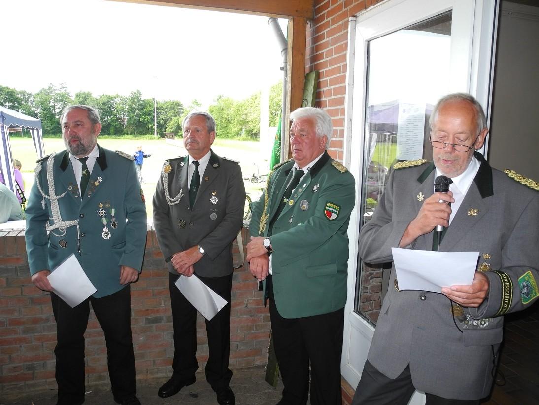 Präsident Hans Friedrich Kriese mit seinen geehrten Schützenbrüdern ...