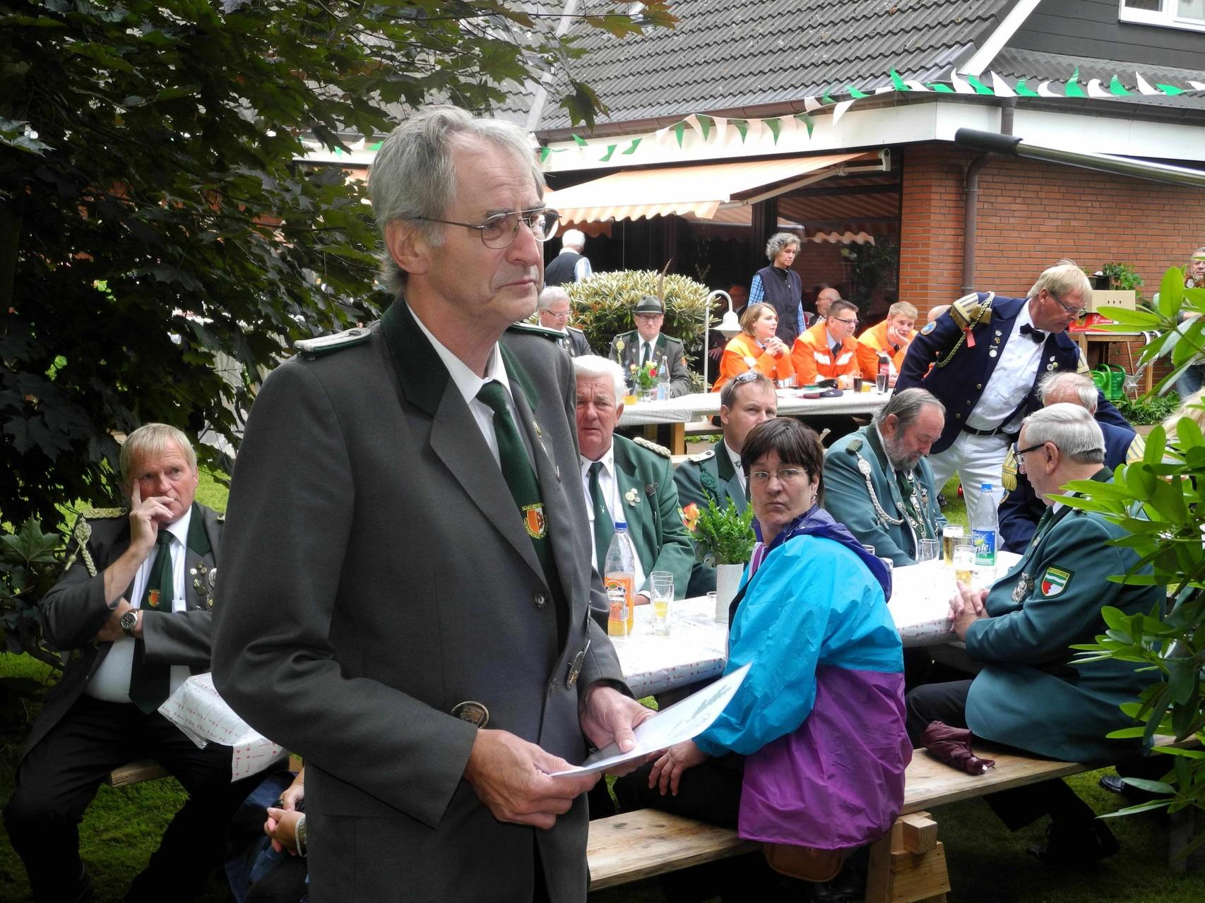 Horst von der Reith lauscht den Worten von Jürgen Bauer (3. Beisitzer), der die Laudatio auf Horst von der Reith verliest.