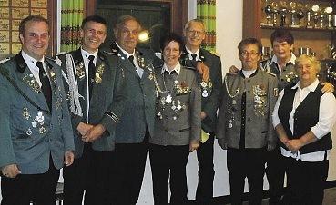 Auf dem Bild sind das neue Kaiserpaar Ronald Wenk und Sandra Thomsen (3. und 4. v.l.) und die Nächstplatzierten zu sehen.