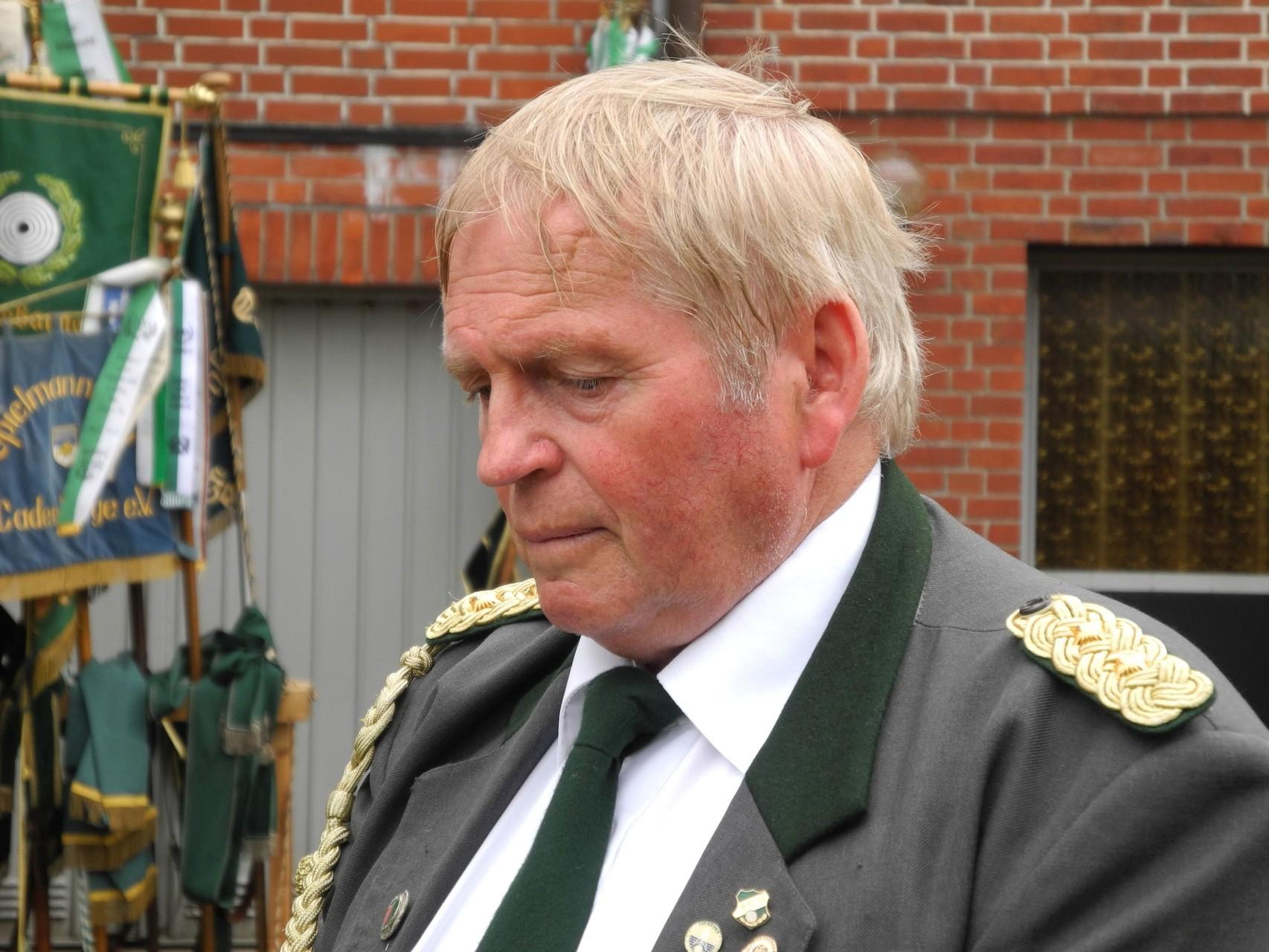 Wolfgang Tiedemann lauscht seiner Laudatio. Foto: Jürgen Bauer