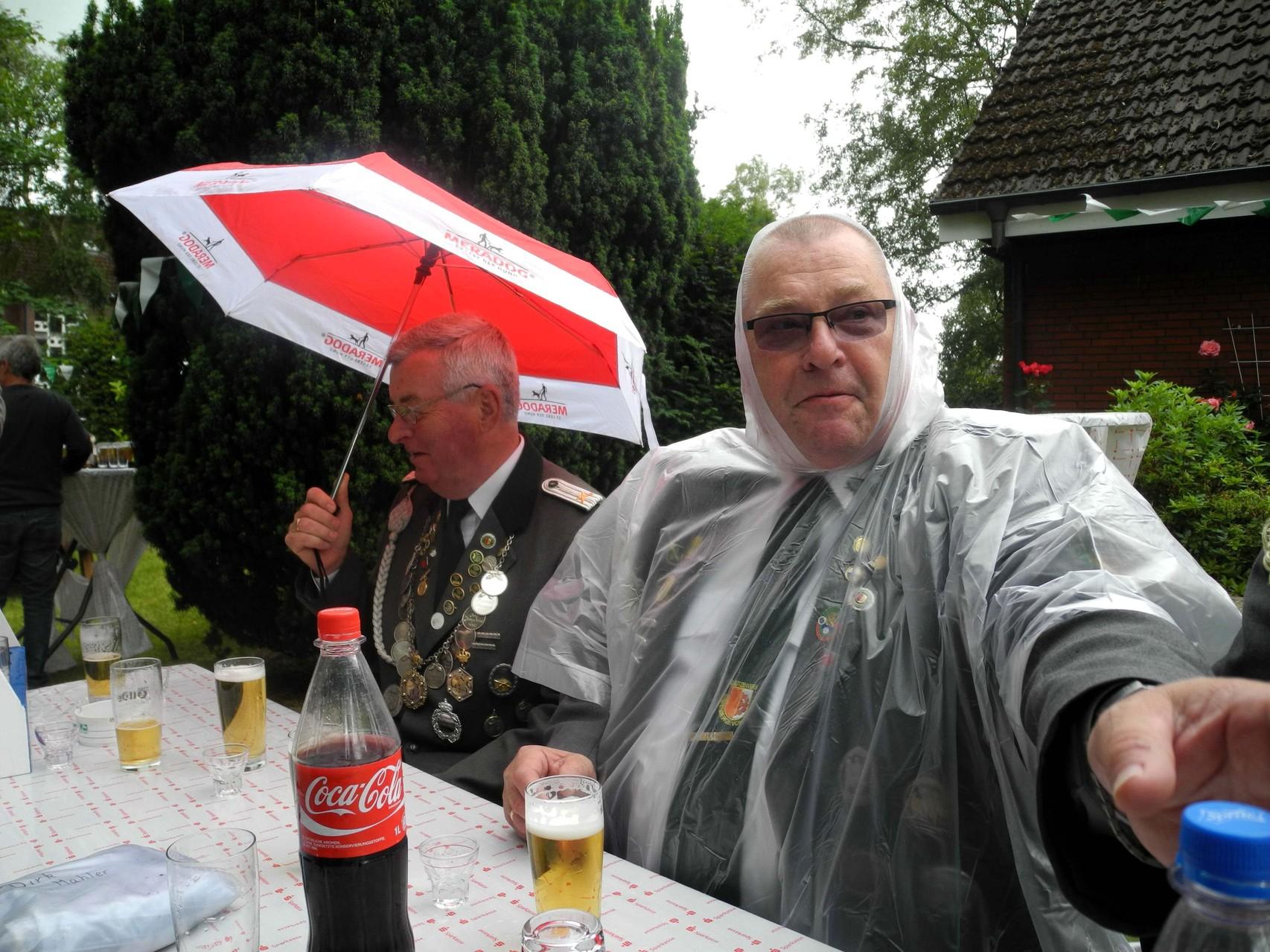 """Günter schützt sich mit einem Poncho vor einem """"kleinen Regenschauer"""""""