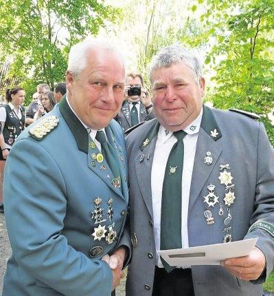 Stefan Thiele (stv. Kreisschützenmeister) mit dem sichtlich gerührten Wilhelm Söhle (r.) der die Verbandsauszeichnung in Gold erhielt. Foto: von Seht