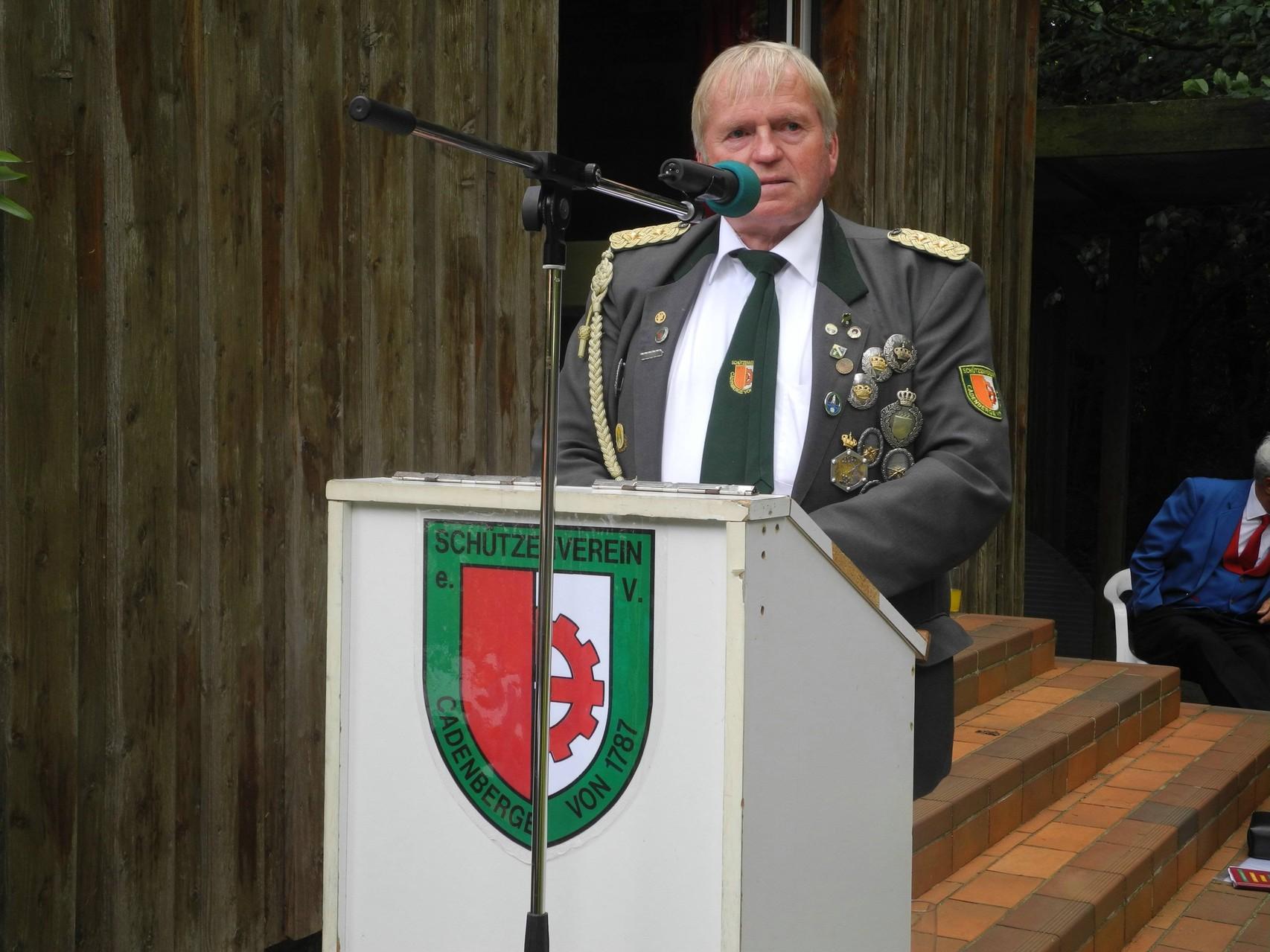 Präsident Wolfgang Tiedemann bittet um Aufmerksamkeit