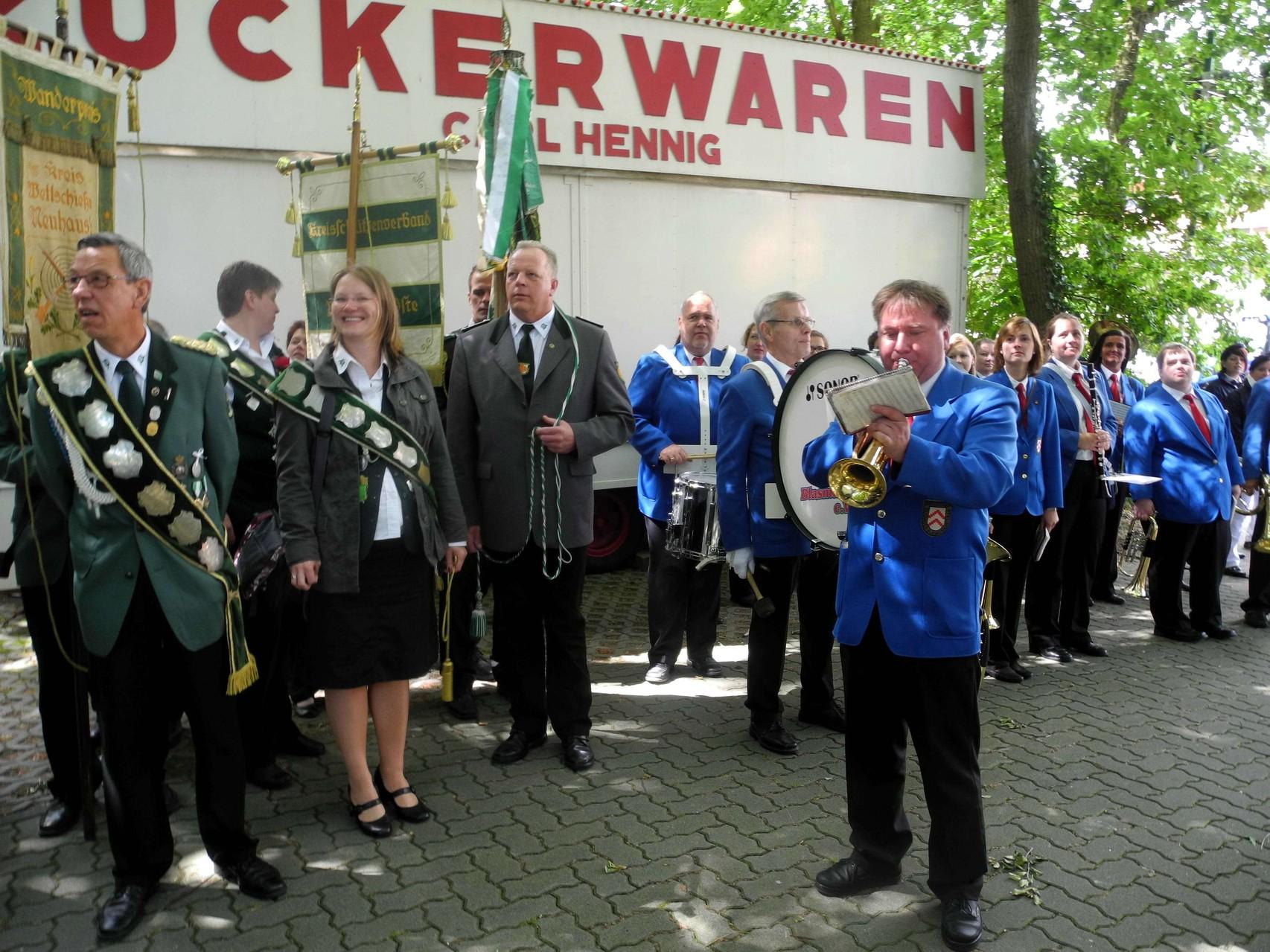 Vor dem Abmarsch spielte ein Trompeter zum Fahne hissen