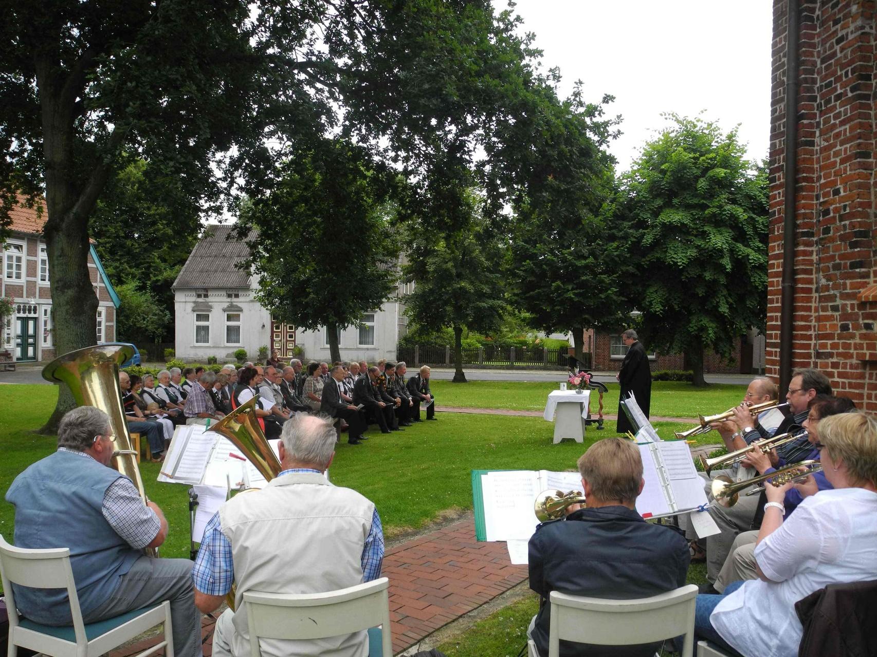 Am Sonntagmorgen findet traditionell der Feldgottesdienst statt