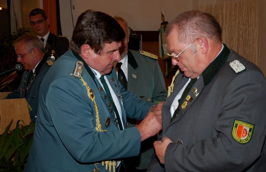 Rolf Stehno überreicht Günther Albrecht die VA in Silber (Foto: J. Bauer)