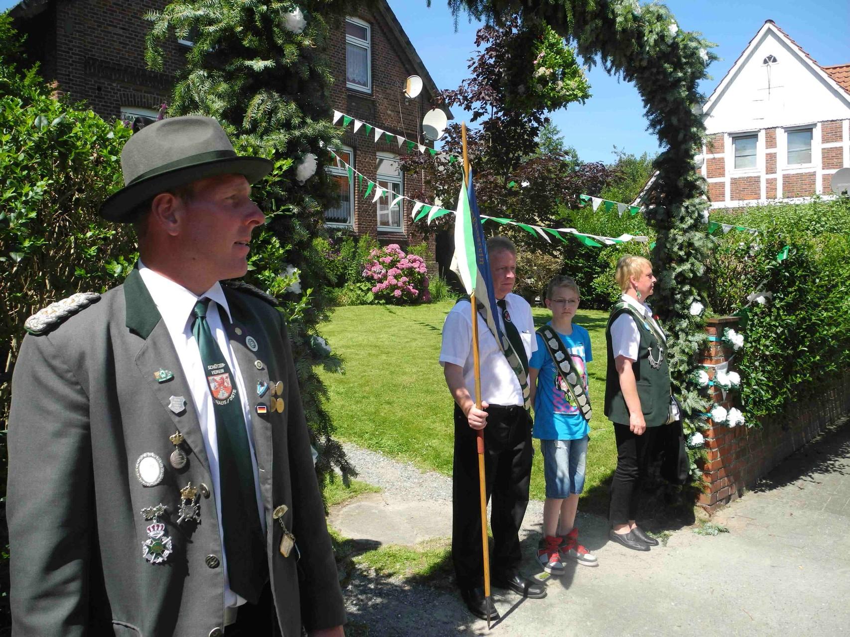 Der Kommandeur Arne Kolster bei der Abholung des Kinderkönigs Nils von Bargen