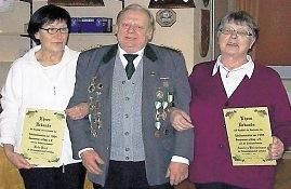 Hella Buck (l.) und Annelore Bröckelmann wurden vom Vorsitzenden Wilfried Kettelhodt zu Ehrenmitgliedern ernannt. Foto: Jäger