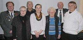 Präsident Udo Miertsch (links) mit den geehrten Mitgliedern des Schützenvereins Neuhaus. Foto: red