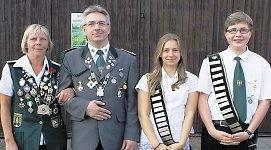 Die Wingster Kaiserpaare bilden Helga Fridehl und Mario Glyschewski sowie die Jungschützen Laura Gröhl und Lars Drossner (v.li.). Fotos: Jäger