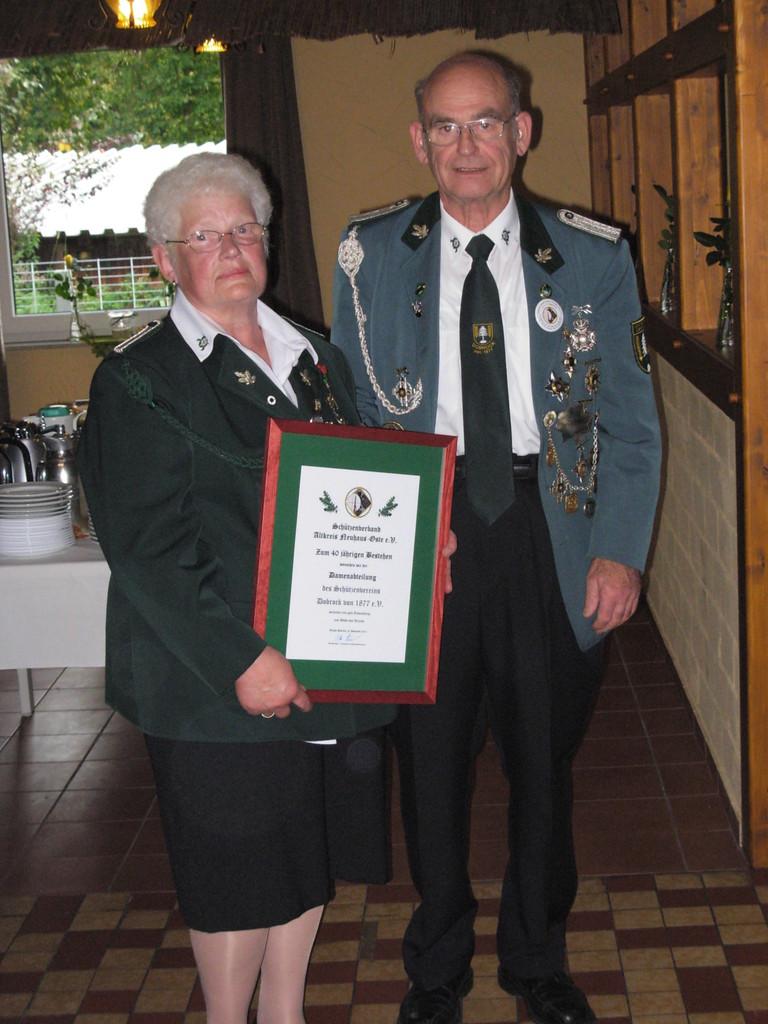 Evi und Günter Noll mit der Urkunde des Schützenverbandes