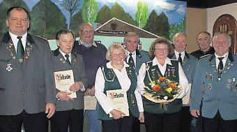 Vorstand, Ehrenmitglieder und Geehrte auf der Hauptversammlung des Schützen-vereins Grift. Foto: Jäger