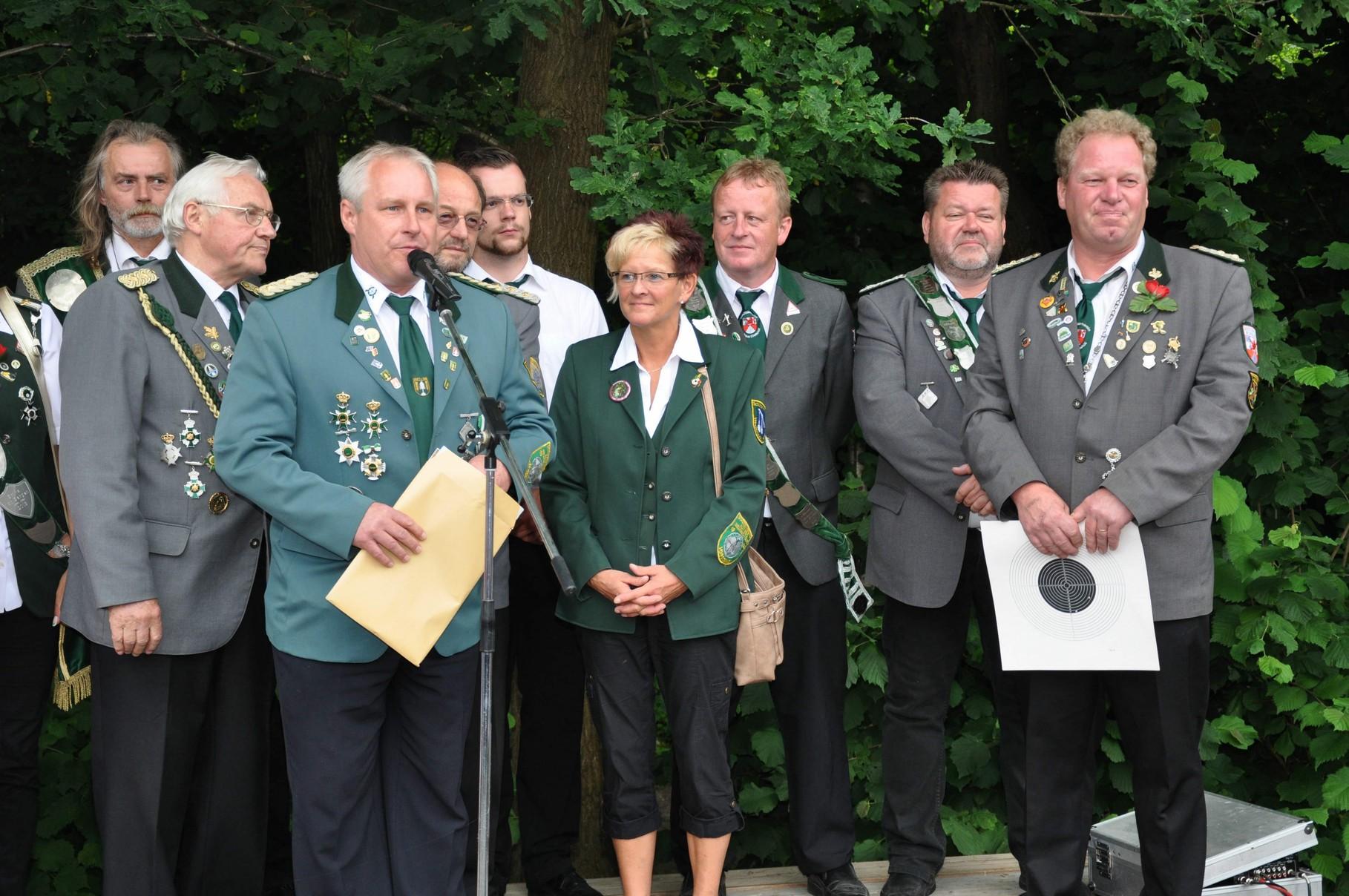 Vor der Proklamation der neuen Würdenträger gab es durch Schützenverband Altkreis Neuhaus noch zwei Verbandsauszeichnungen