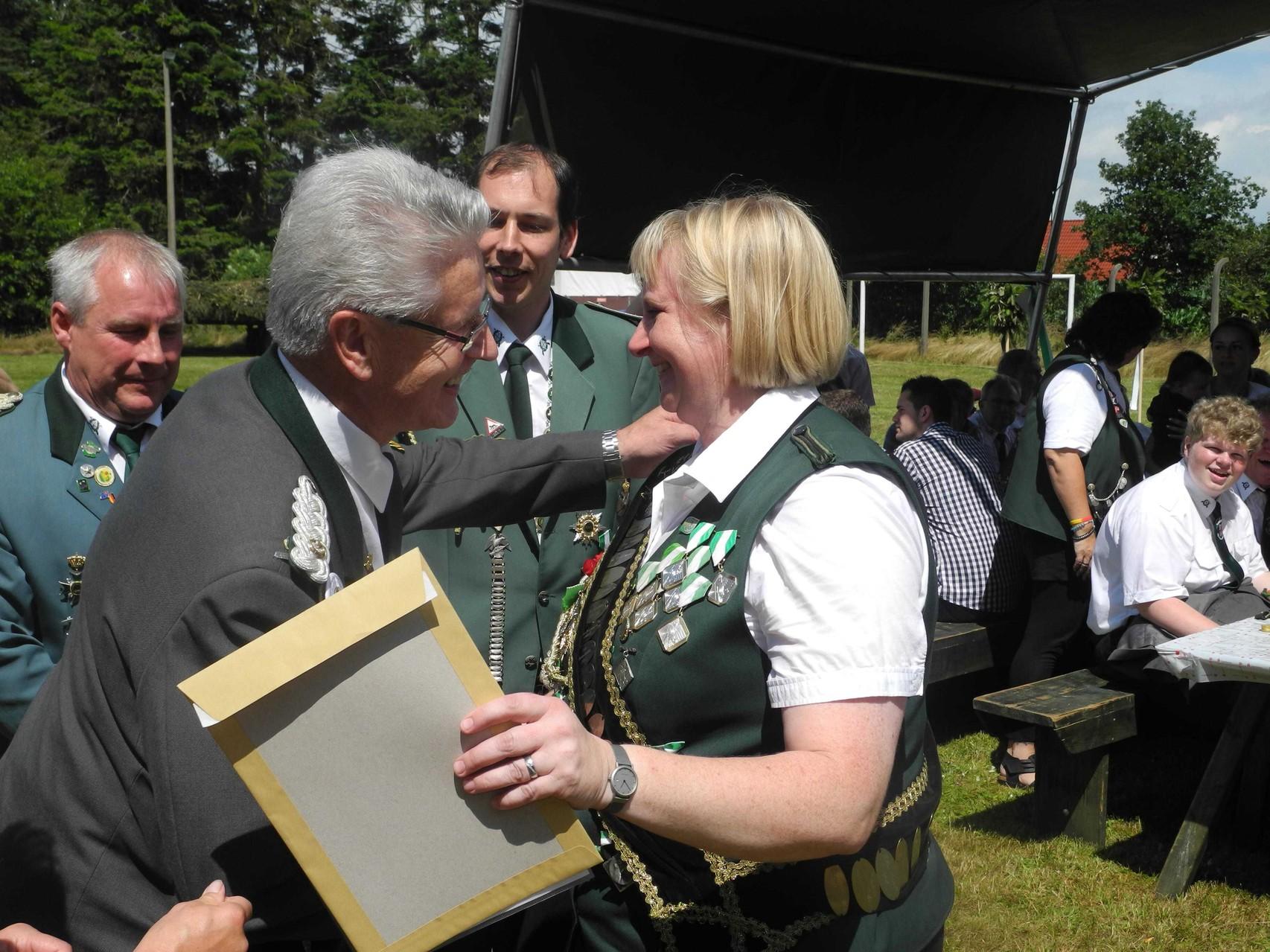 Schützenschwester Hilke Brandt wird die Verbandsauszeichnung in Bronze verliehen