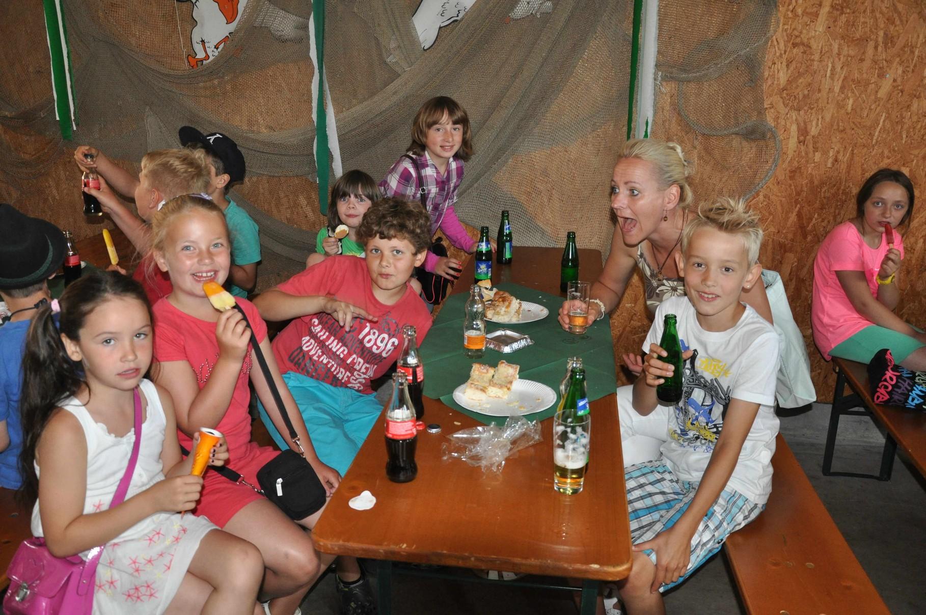 Für die Kinder gibt es Brause, Butterkuchen und Eis