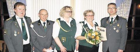 Der Vorstand bedankte sich bei Anita Buck für 20 Jahre Betreuung der Schützendamen mit einer Urkunde und einem Blumenstrauß. Foto: Jäger