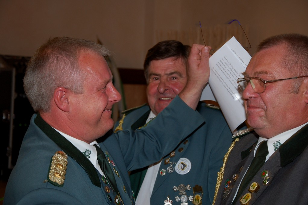 Günther Albrecht freut sich über die Verbandsauszeichnung in Silber und die Gratulation von Stefan Thiele
