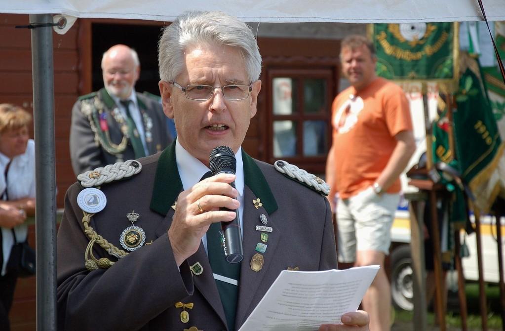 Verbandsgeschäftsführer Gerd Brokelmann beim Vortragen der Laudatien. (Foto J. Bauer)