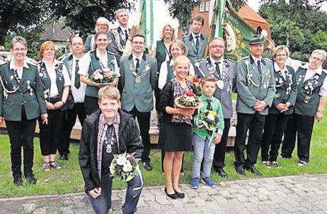 Die aktuelle Bornberger Königsfamilie nach der Proklamation auf dem Schützenfest. Foto: Schützenverein