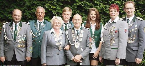 Die amtierenden Kaiserpaare des Jahres 2013 aus der Samtgemeinde Hemmoor mit den Mitgliedern des Samtgemeindepräsidiums. Foto: Schiefelbein