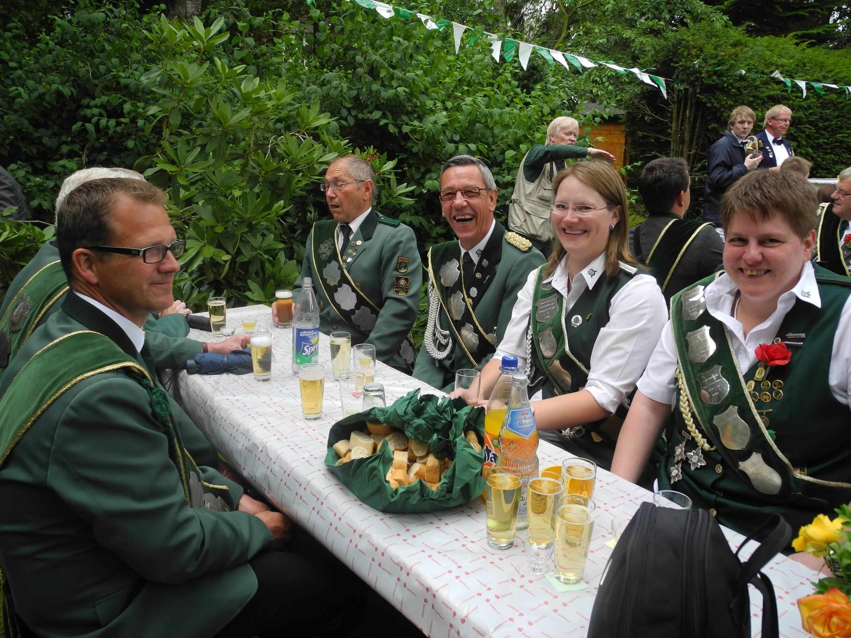 Bannerträger aus Hechthausen im Garten beim Königsbier