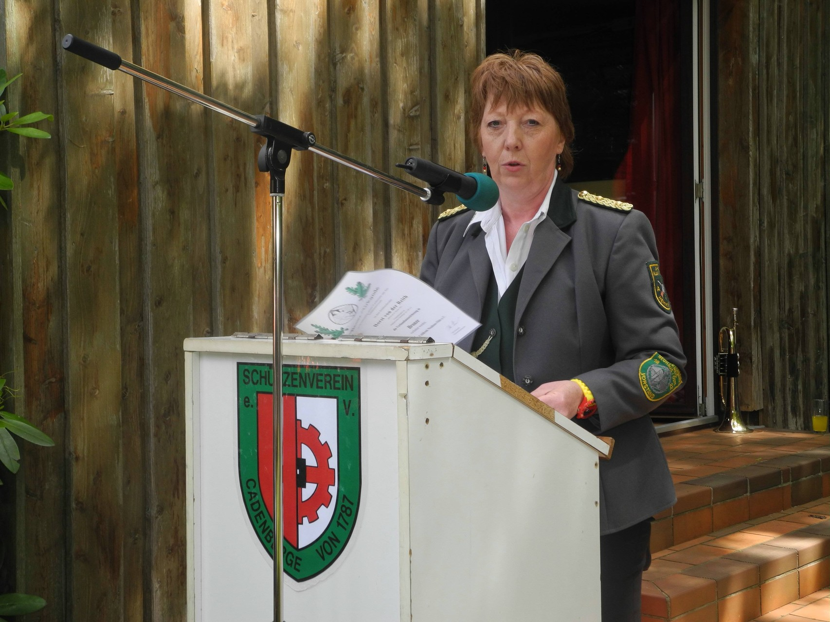 Petra Schröder (Kreisschießwartin) spricht im Namen des Altkreises Neuhaus und des Kreisschützenmeisters