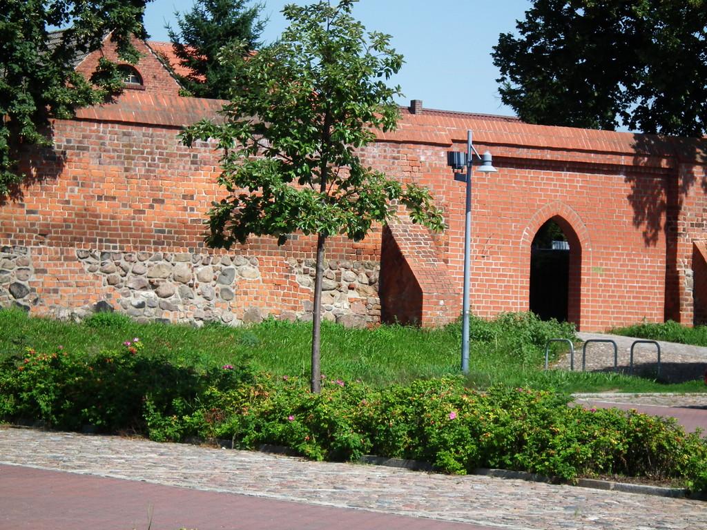 Mauer mit Durchgang zur Altstadt