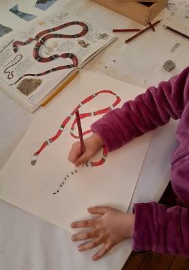 Sinziana malt eine Schlange, die ihr gefällt...Malakademie Kids