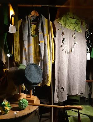 pop up store auslage mit leinenkleidern von gerda kohlmayr, konfettischmuck von tuulikki riecker, u.a.