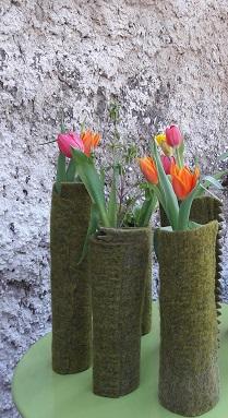 Filzvasen, a 10.-eu/jetzt 5.-, ein dekorativer Hingucker! Filzhülle über ein Altglas .und ein paar schöne Blumen...fertig !