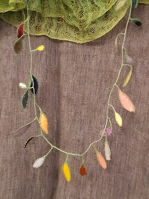Schal handgewbt von Neda Bevk, Konfettikette von Tuulikki Riecker
